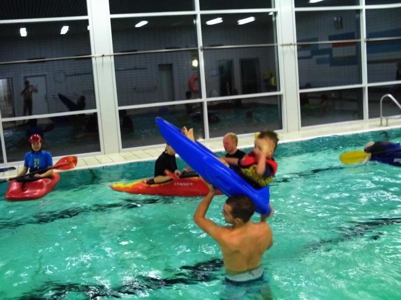 Unsere Boote können auch fliegen - zumindest die kleinen ! Mads und Steven beim Raketenstart mit dem Bobby-Boot.