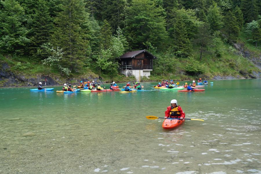 Unterhalb des Sylvensteinstausees beginnt die Wildwasserfahrt auf der Isar.