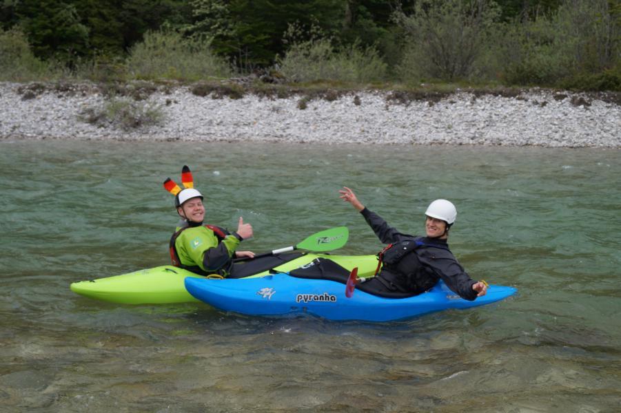 Wildwasserboote mit Auftriebskörpern, Ausrüstung: Helm, Schwimmweste, Neoprenanzug, Zelt und Schlafsack, ggf. dem Anlass entsprechende Zusatzkleidung