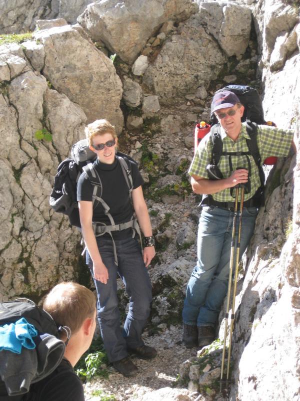 Der steile letzte Anstieg zum Riemannhaus wartet auf Anja, Reinhard und Robert.