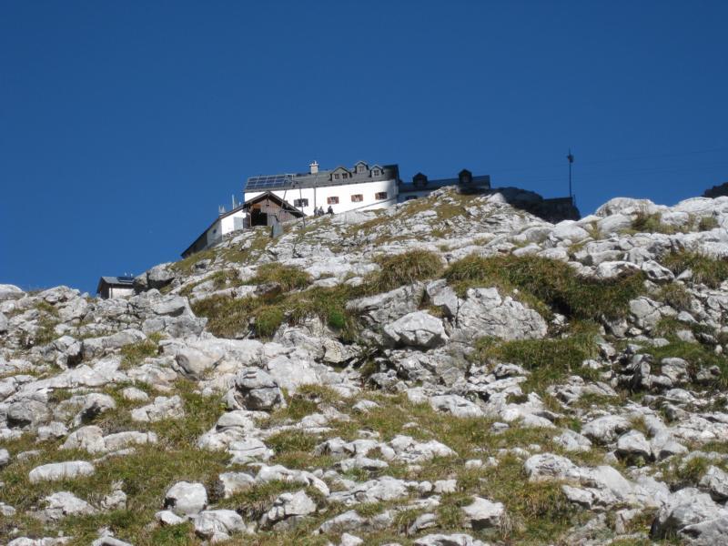 Hoch oben in der Scharte können wir das Riemannhaus schon erkennen.