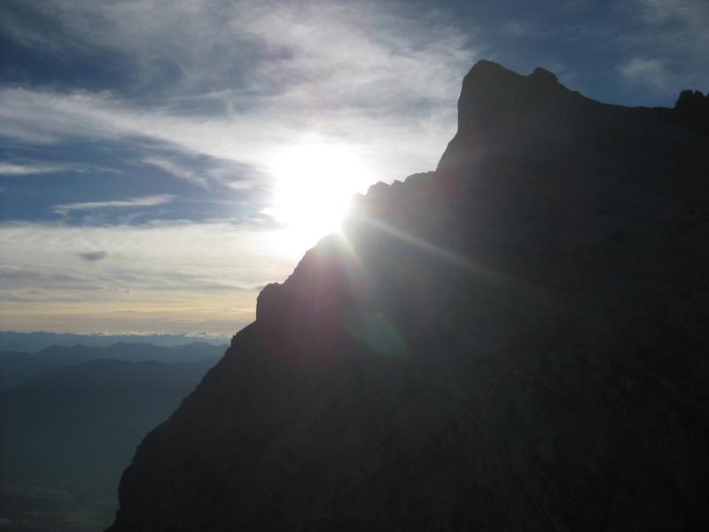 Doch schon geht die Sonne auf und wir erwarten Manni, der uns morgens zeitig aus dem Tal nachgestiegen ist.