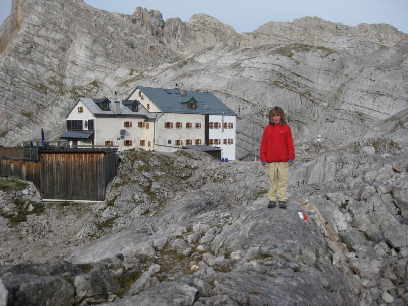 Nele erkundet das steinerne Meer rund um die Hütte.