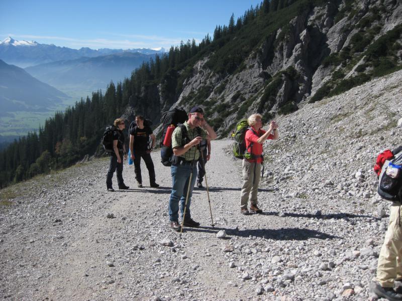 Zunächst geht es über einen Schotterweg bis die Felsen erreicht werden.