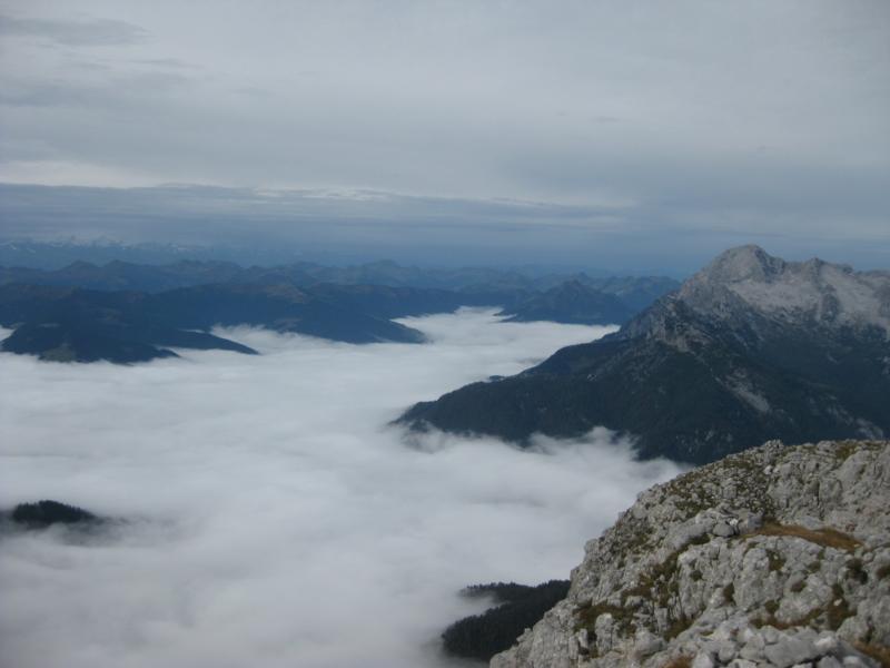 Über dem Saalach-Tal wabert eine dichte Nebeldecke ...