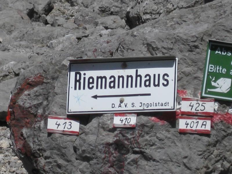 Das Riemannhaus, eingebettet zwischen Sommerstein und Breithorn, ist unser Ziel. Doch noch steht uns der steile Anstieg zur Ramseider Scharte auf 2.177 Metern Höhe bevor.
