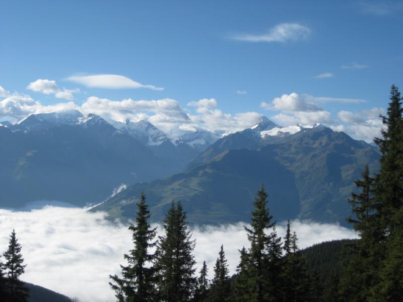 Am Morgen schweift der Blick in die hohen Tauern und auf das unter der Wolkendecke liegende Salzachtal.
