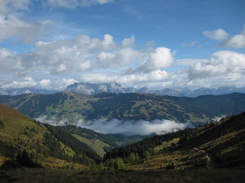 Auf dem Kamm können wir das Saalbacher Tal und die Leoganger Steinberge erkennen.