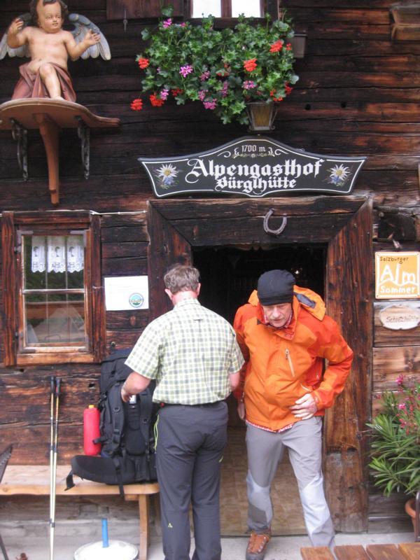Nach mehr als 8-stündigem Marsch spazieren wir in die urige Bürgl-Hütte.