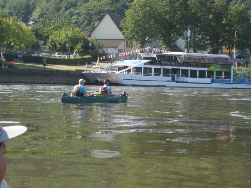 Die Sonne scheint über der Weser und den Schiffen ...