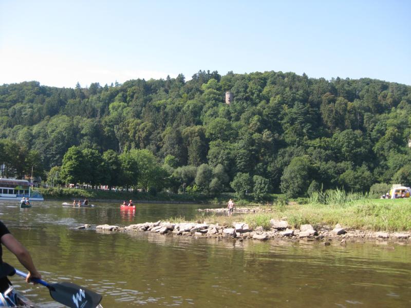 ... über der Weser und dem Burgturm