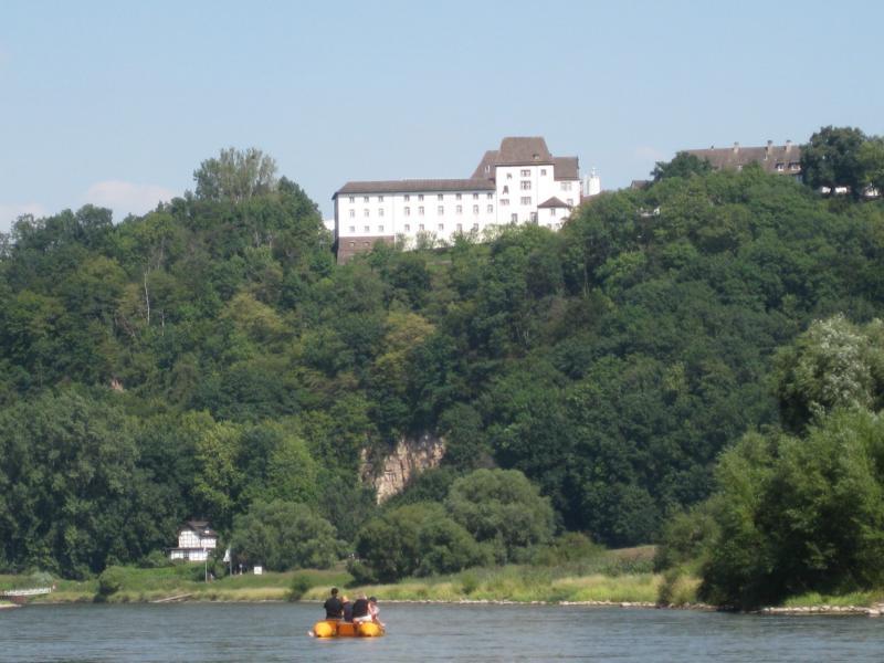 Vorbei geht es an der Fürstenberger Porzellanmanufaktur.
