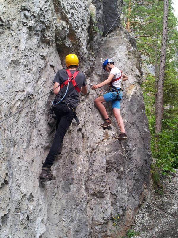 Christoph und Fabian steigen in die Wand ein.