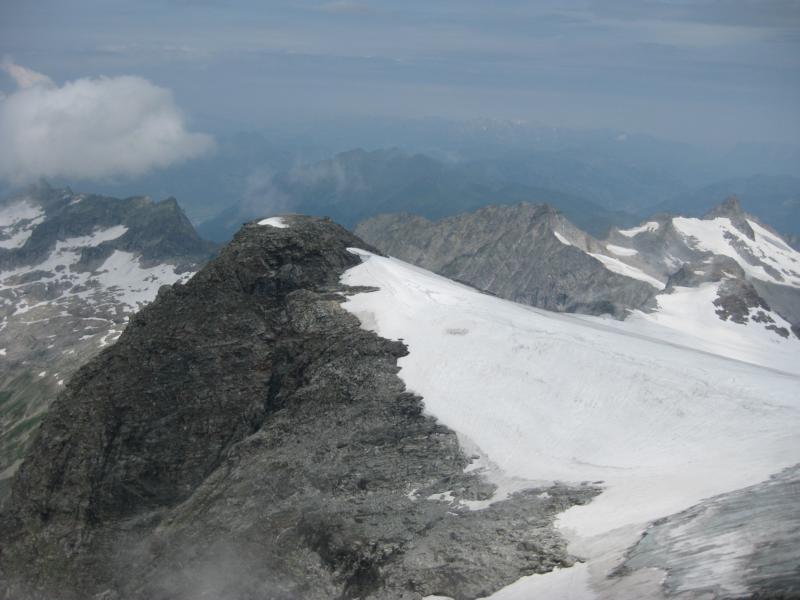 Manchmal reißt die Wolkendecke auf und gibt einen weiten Blick vom Alpenhauptkamm frei.
