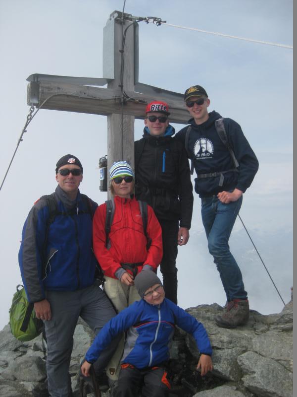 Fabian, Christoph, Nele, Torge und Stefan am Gipfelkreuz.