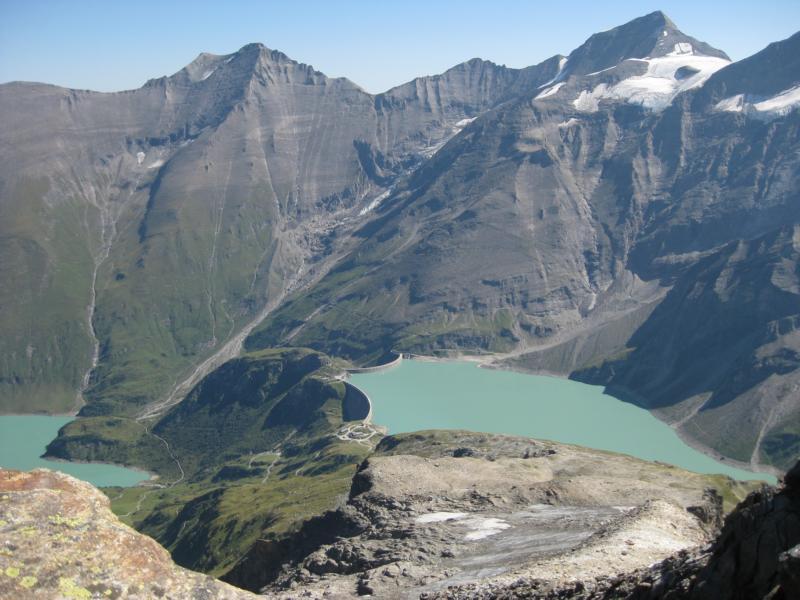 Im Tal liegt der Moserboden-Stausee mit seinem grünen Gletscherwasser.