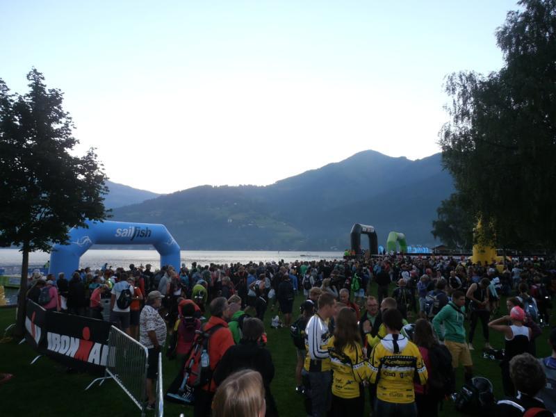 Im Morgengrauen versammelte sich Triathleten, Betreuer und Zuschauer am See.