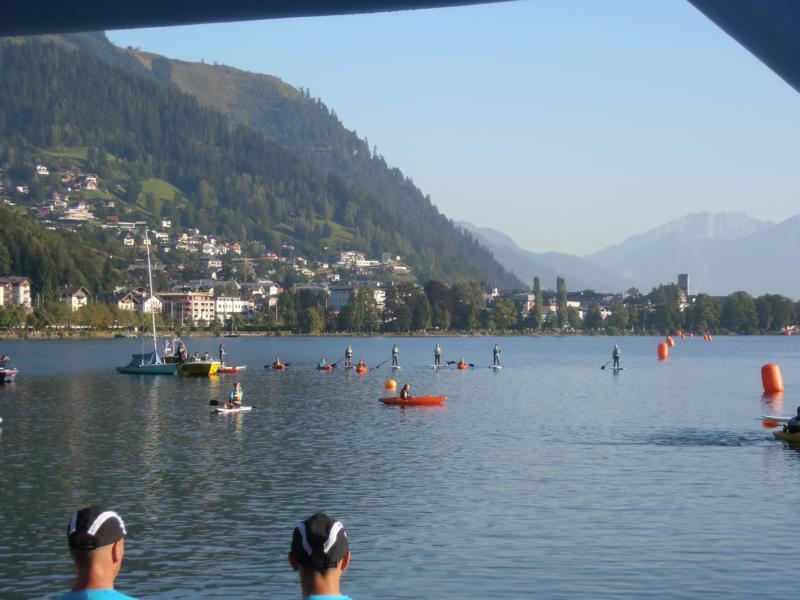 Mit den ersten Sonnenstrahlen nahmen wir unsere Positionen auf dem See ein.