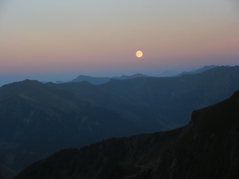 Die Sonne geht im Westen über dem Kitzsteinhorn unter.