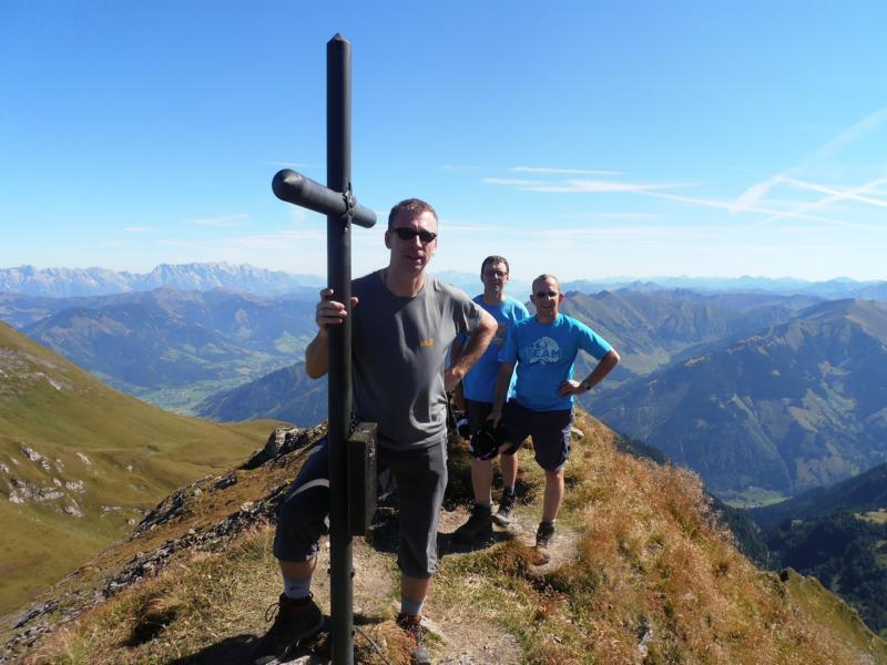 Vor dem Gipfelkreuz auf dem Rettenzink: