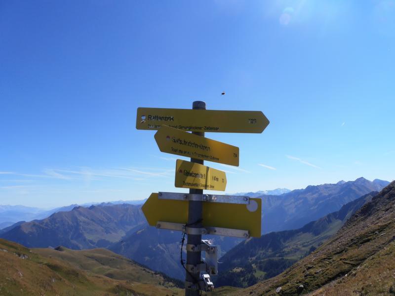 Viele Wege gibt es auf der Brandlscharte - unser Weg geht steil bergab in Richtung Kaprun.