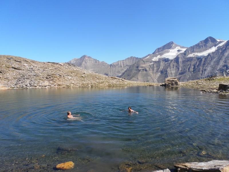 Den Abstieg erleichtern wir uns mit einem kühlen Bad in einem Bergsee auf über 2500 Metern Höhe.