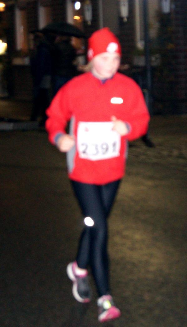 Nele joggt ihre Runden, angefeuert vom Publikum, einem Weihnachtsengel und dem Nikolaus.