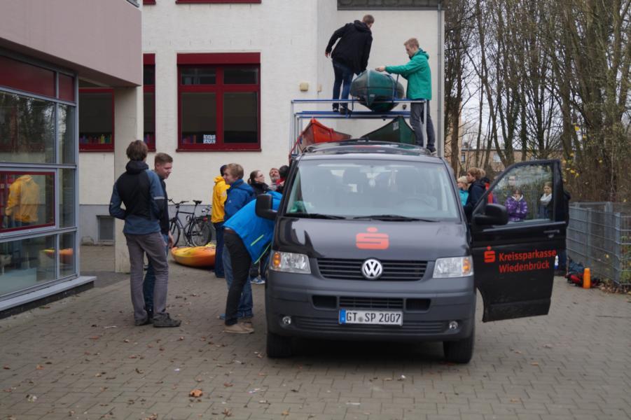 Der Vereinsbus ist vorgefahren und alle helfen mit den Anhänger zu beladen.