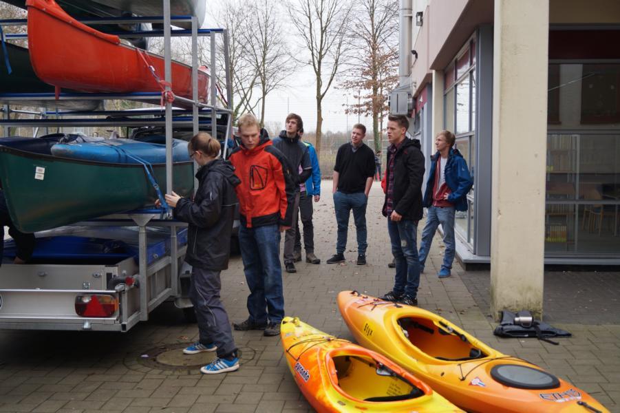 Immer mehr Boote zum Verladen und die zugehörigen Paddler tauchen auf.