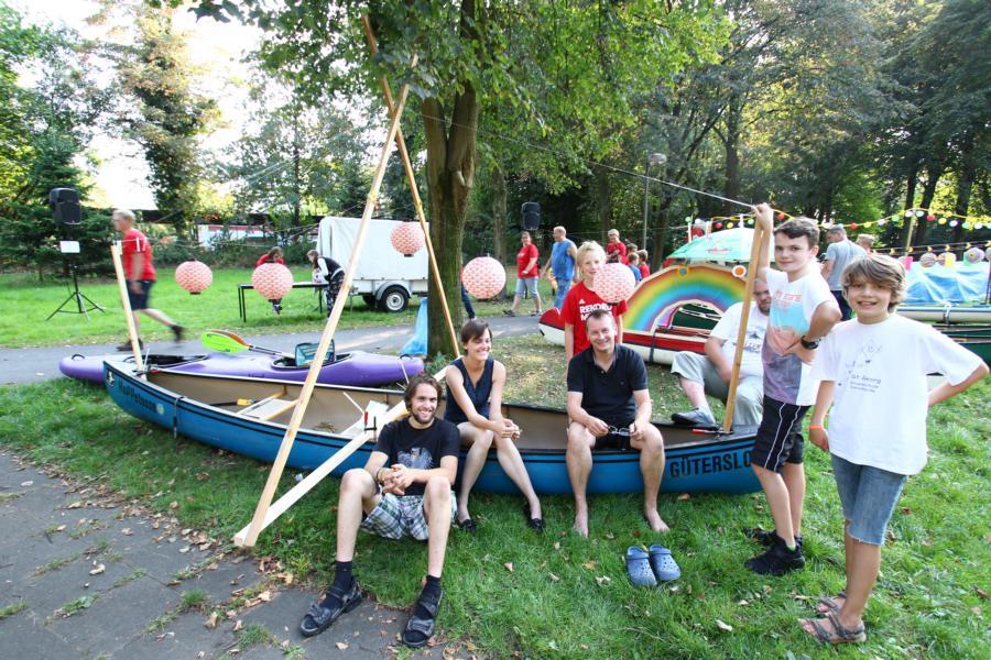Auf gute Nachbarn ist Verlass: Auch die Wasserwanderfreunde aus Verl schmücken 2 Boote.
