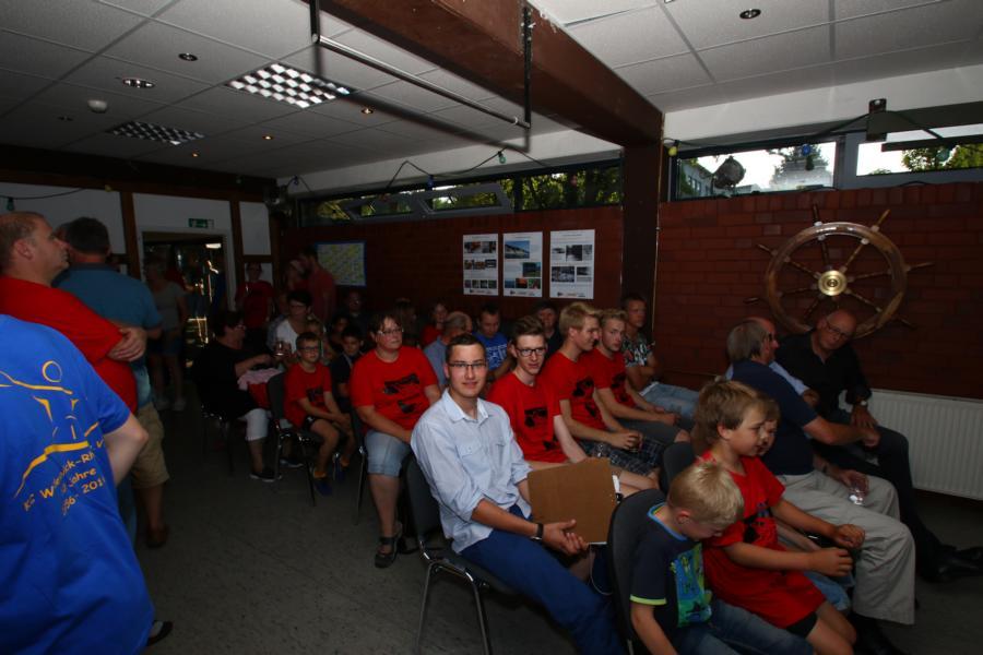 Gespannt warten die KCWD-Mitglieder und Gäste auf die offizielle Eröffnung des Jubiläumsfestes.