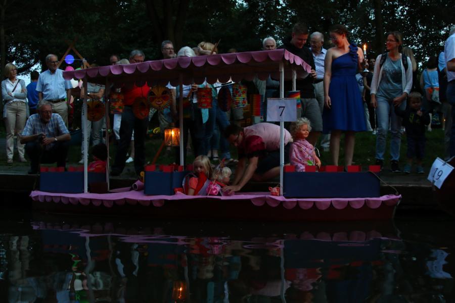 """Die Prinzessinnen und der König """"in Pink und Lila"""" nehmen im Boot Platz."""