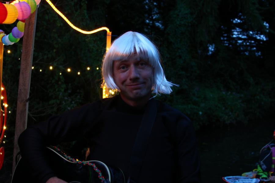 .... an der Gitarre: Maestro Clemens Perfekt gestylt.