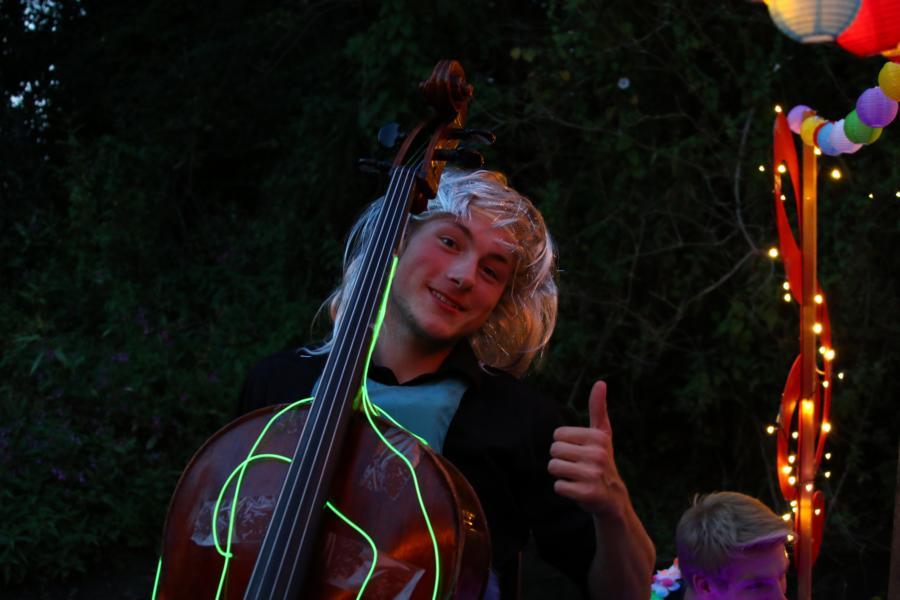 ... am Cello: Daniel Soundcheck und die Frisur bei Daniel sitzt.