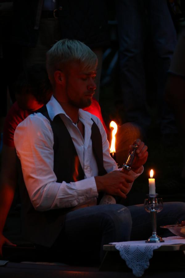 Gentleman Philipp von der Faltbootgilde Gütersloh lädt zum Candlelight Dinner auf der Ems.