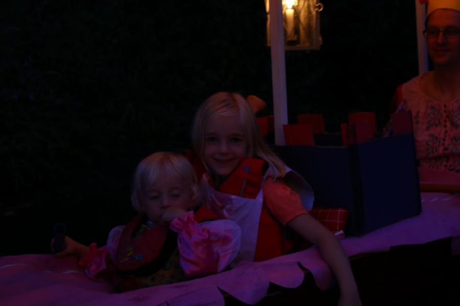 Die Prinzessinnen Jana und Leni sowie ...