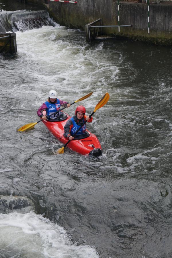 Nele und Carla paddeln als einziges Mädelteam gegen die Jungs in der Juniorenklasse.