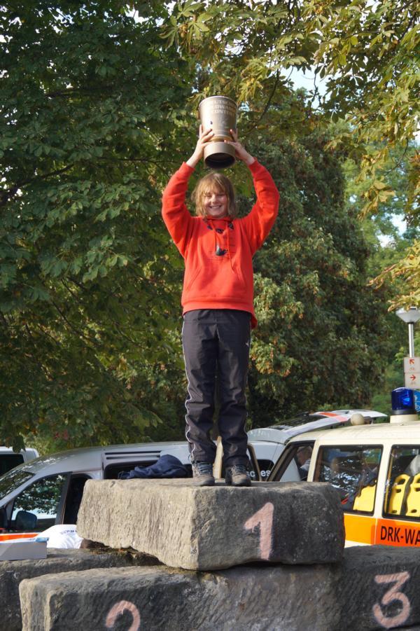 Stolz streckt Nele den deutschen Wildwasser Contest Pokal in die Höhe.