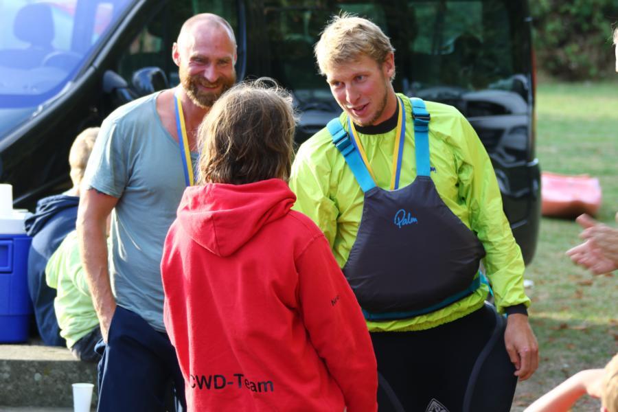 Malte und Nils gratulieren Nele zum überraschenden Sieg in der Gesamtwertung.