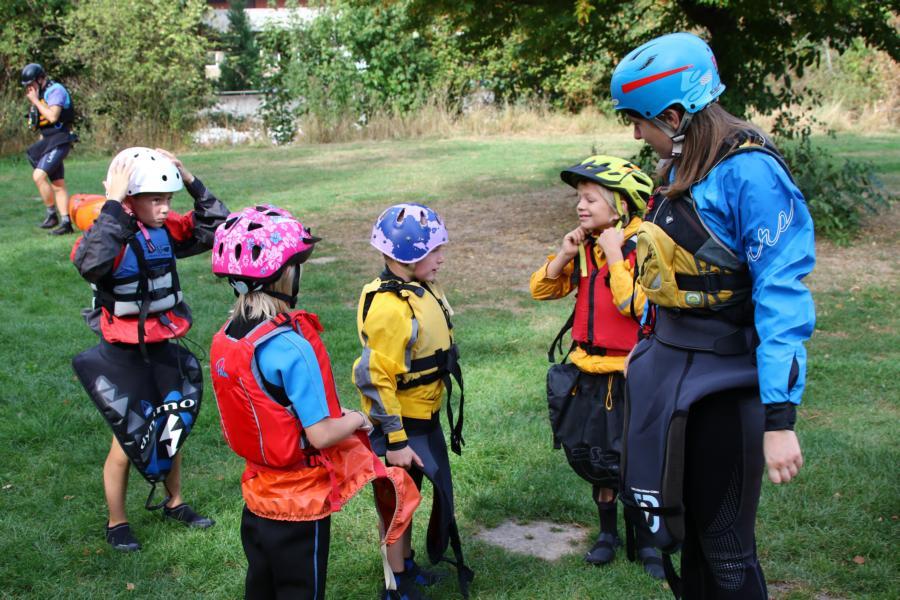 Luisa macht den Safety Check - Helm, Schwimmweste und Neoprenanzug sind Pflicht
