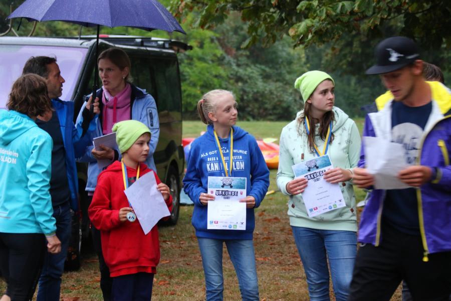 Links Mads und rechts Carla bei der Siegerehrung - natürlich mit Froschmützen wie es sich für das KCWD-Team in Hildesheim gehört.
