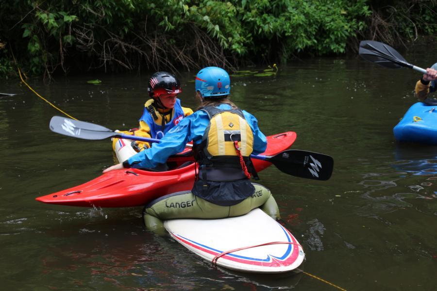 Keiner wird allein gelassen - Hilfestellung für die Kanu-Kids am wackligen Surfbrett