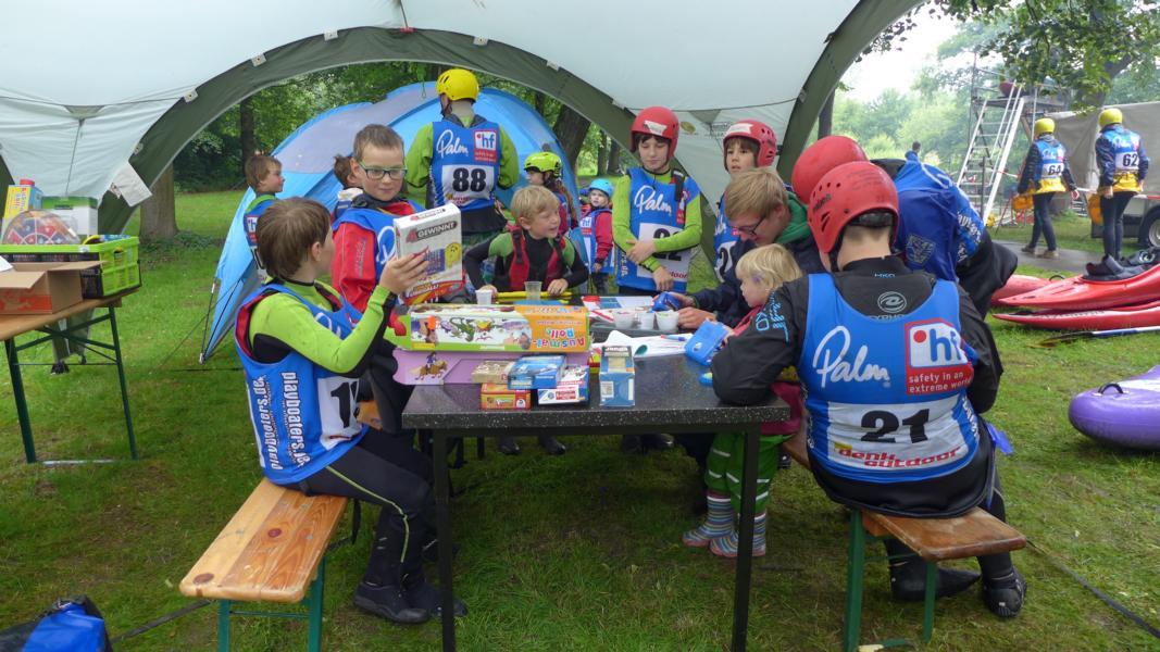 Kanu-Kids bei der Vorbereitung auf's Rennen