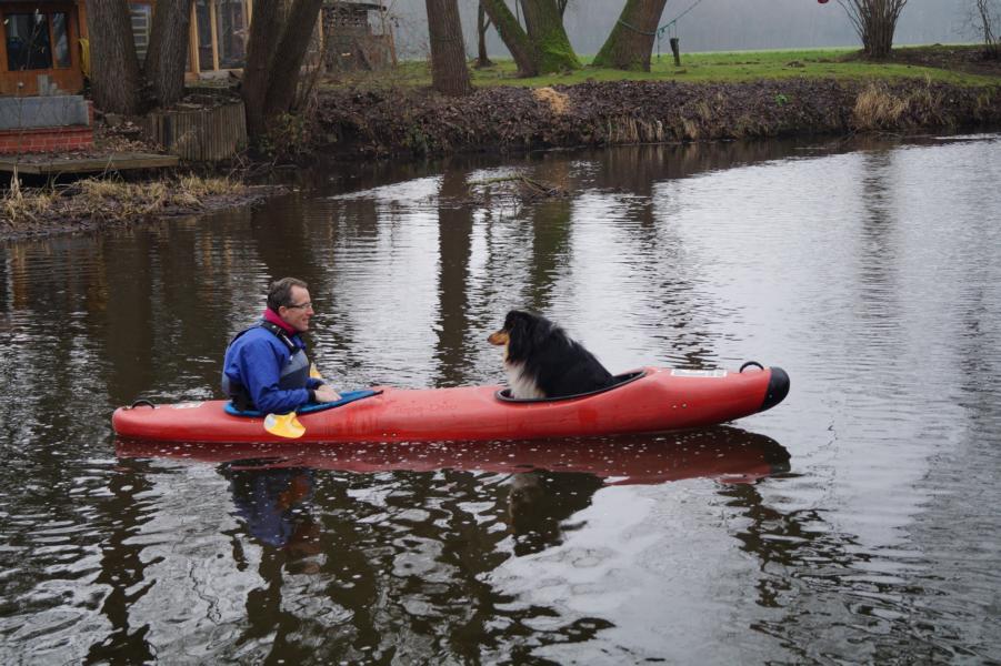 Neiro und Rainer sind die ersten auf dem Wasser. Neiro wird später auch der erste sein, der wieder aussteigt.