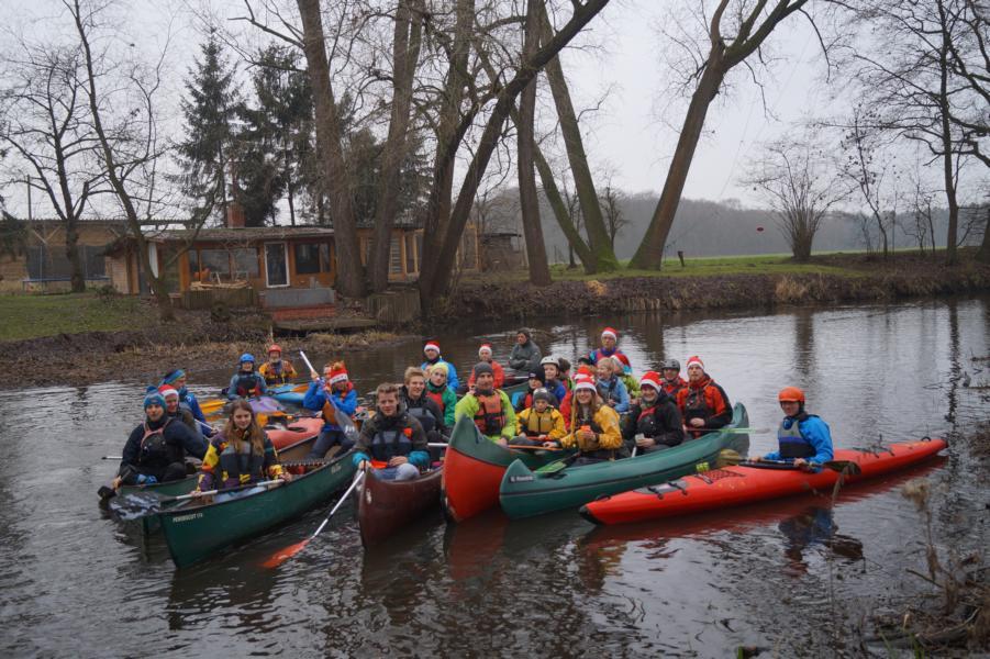 """Schließlich positionieren sich 31 KCWD-Kanuten und ein Hund auf dem Wasser zum offiziellen """"KCWD Weihnachtsfoto""""."""
