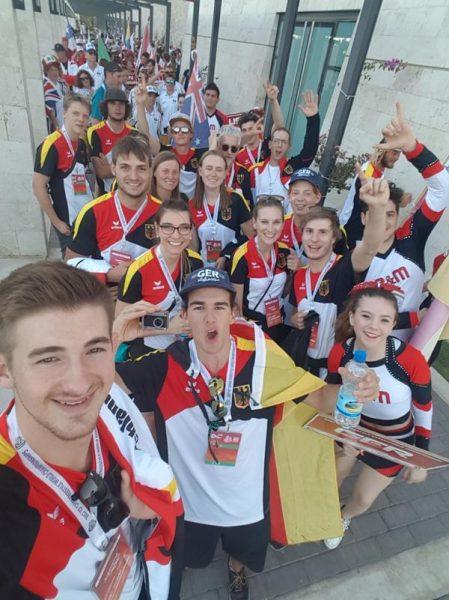 Aufstellung vorm Einlauf bei der Eröffnungsfeier. Die Deutschen dürfen dank der Spanischen Bezeichnung Allemania als erstes einlafen.